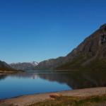 Klidná hladina jezera Gjende nad ránem